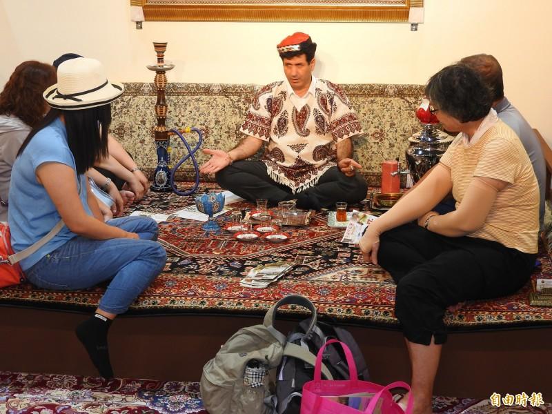國際茶席館邀請波斯、日本、韓國、印度、中國、台灣、凍頂等國際茶席,展演各地特色茶藝文化。(記者佟振國攝)