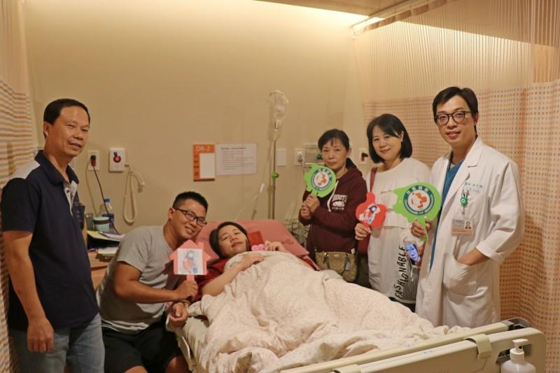 周小姐生下國慶寶寶,家人和醫師非常開心。(記者蔡淑媛翻攝)