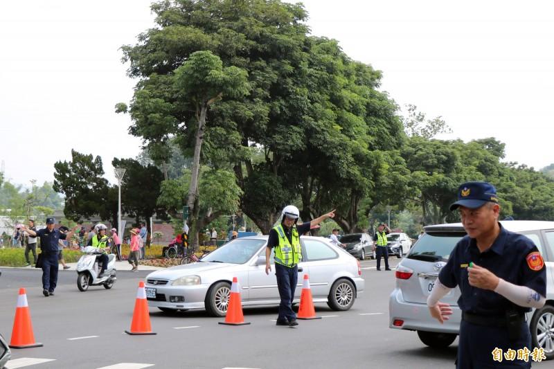 警方早早進行交管,避免大量人車造成交通壅塞。(記者萬于甄攝)