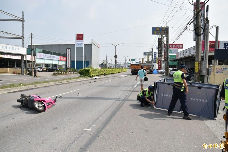 雲林虎尾今天中午發生砂石車與機車事故,機車騎士及乘客當場死亡。(記者黃淑莉攝)