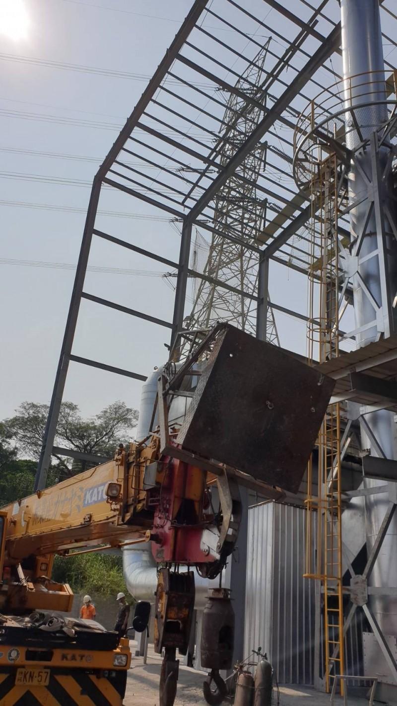南投南崗工業區有3名工人在搭建廠房時,不慎從20多公尺高的鐵架上墜落身亡。(記者劉濱銓翻攝)