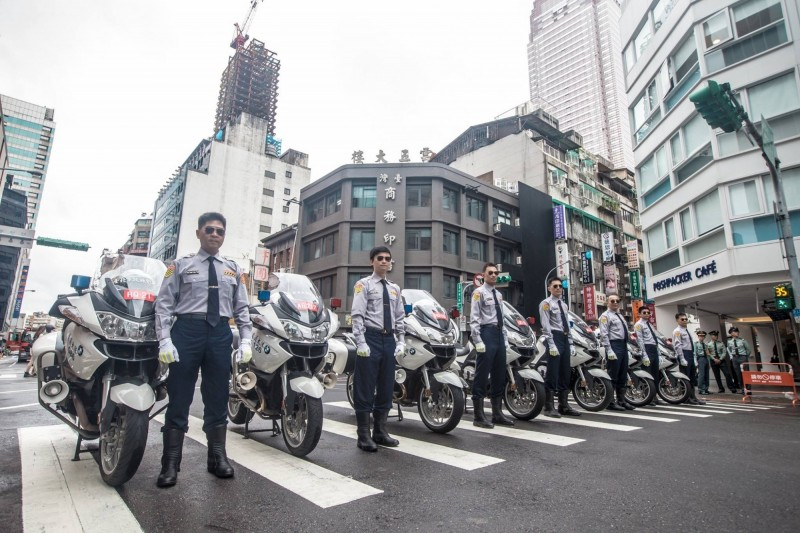 以前國慶日,全國警察都要穿上長袖,打上領帶。(取自NPA 署長室)