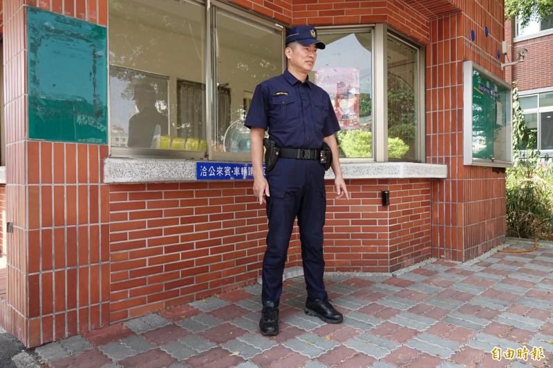 今年警察換新裝,國慶日終於不必再打領帶了。(記者劉曉欣攝)