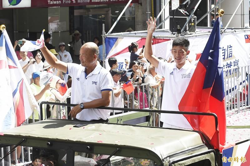 網球男單金牌曾俊欣(右)與總教練李春秋(左)。(記者陳志曲攝)