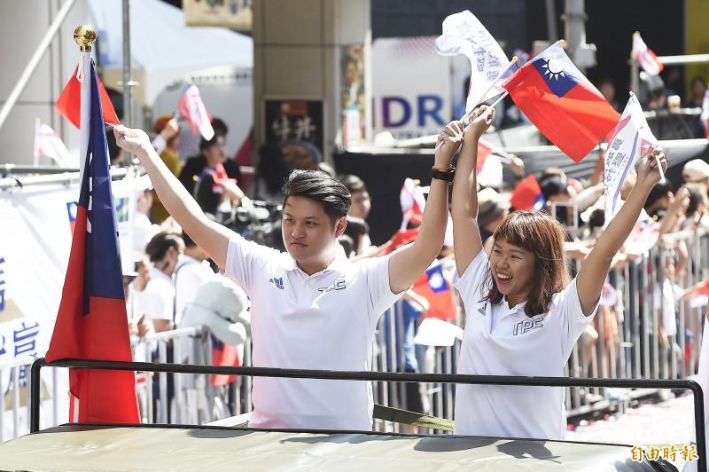 10公尺空氣手槍混雙金牌郭冠廷(左)與余艾玟(右)。(記者陳志曲攝)