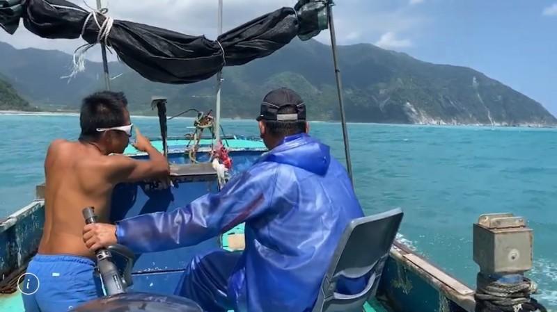 漁民開船出海協助救援。(記者江志雄翻攝)