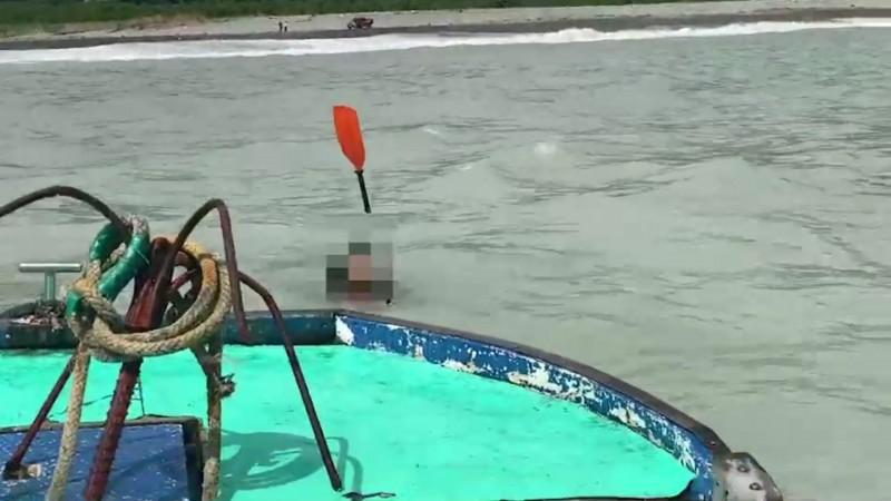 落海者持槳在海中載浮載沉。(記者江志雄翻攝)