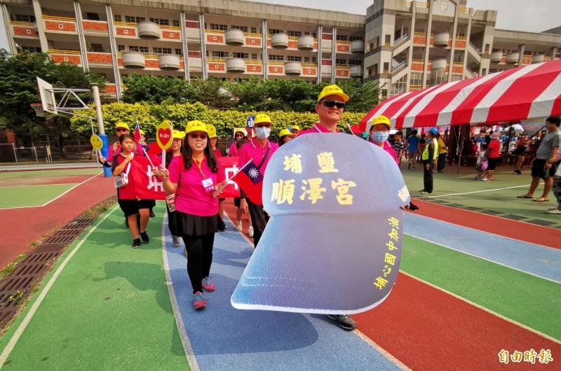 埔心國中準備巨型「冠軍神帽」參與遊行,吸引不少人目光。(記者陳冠備攝)