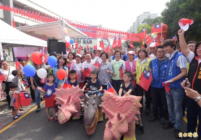 彰化縣長王惠美(前排右7)帶隊揮舞國旗,與侏儸紀公園車隊一同參與遊行。(記者陳冠備攝)