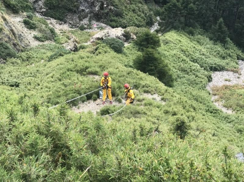 搜救隊員利用繩索垂降至山谷,這次目標不是救人,而是鎖定垃圾。(南投縣神鷹山區搜救隊提供)