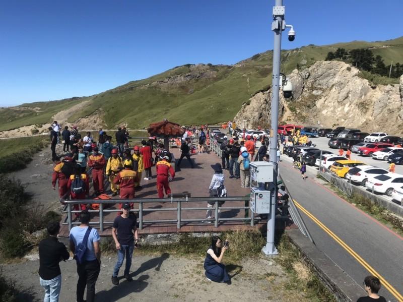 雙十連假首日的合歡山武嶺擠滿遊客,搜救人員垂降淨山,也吸引遊客目光。(南投縣神鷹山區搜救隊提供)
