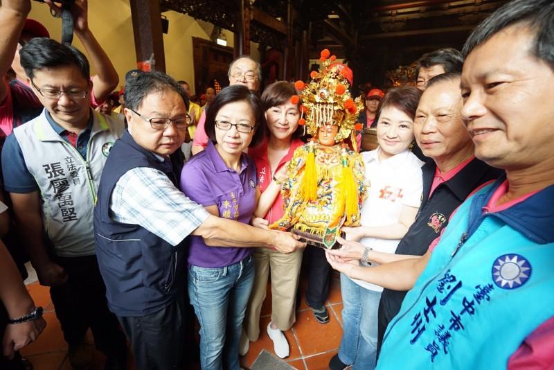 台中市長盧秀燕與蕭萬和宮董事長蕭清杰等人恭請媽祖金身登上神轎。(記者許國楨翻攝)