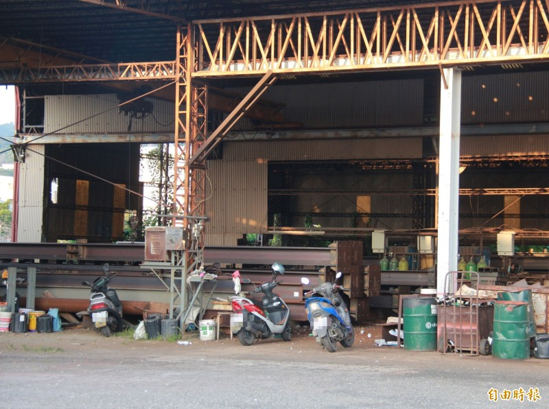 位在員林的鋼構工程公司,廠房有鋼骨與多部員工機車。(記者陳冠備攝)