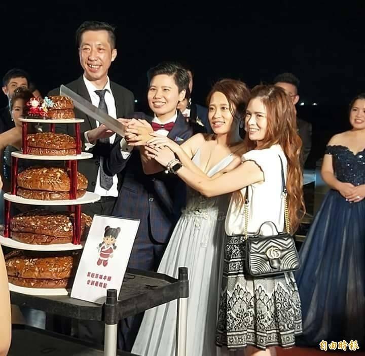 黑糖糕製作蛋糕在海洋派對是七層高,國慶日演變成十層高。(記者劉禹慶攝)