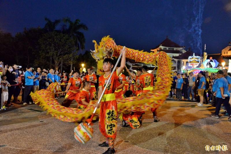 左營萬年季在火獅進場安座前,振宗藝術團的舞龍表演。(記者許麗娟攝)