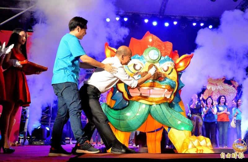 高雄市長韓國瑜為今年的火獅點睛。(記者許麗娟攝)