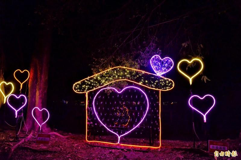 韓國瑜強調要情侶蒞臨的愛你一萬年燈區。(記者許麗娟攝)