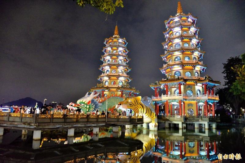 龍虎塔和九曲橋點燈迎接萬年季。(記者許麗娟攝)