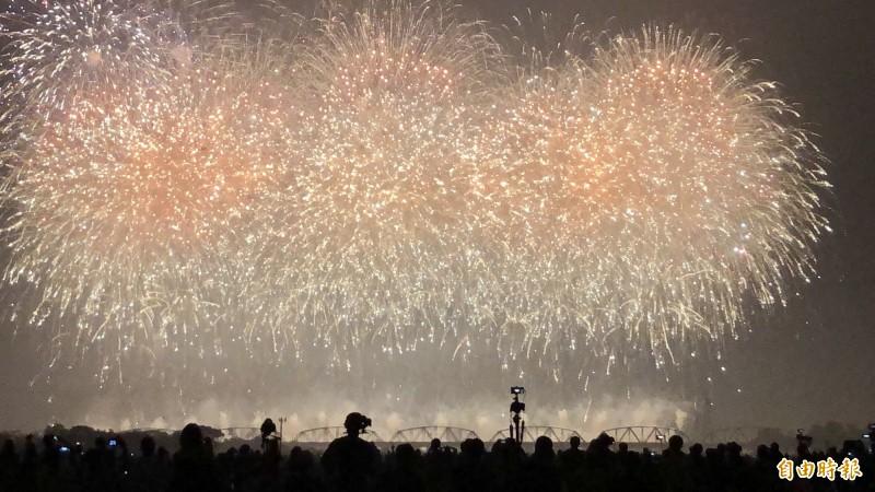 國慶焰火在屏東。(記者羅欣貞攝)