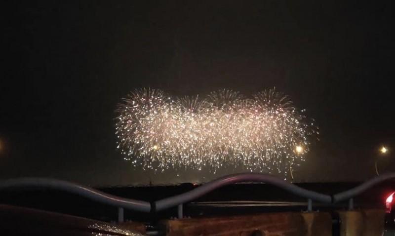 民眾因為塞車意外在高屏大橋上賞焰火。(讀者提供)