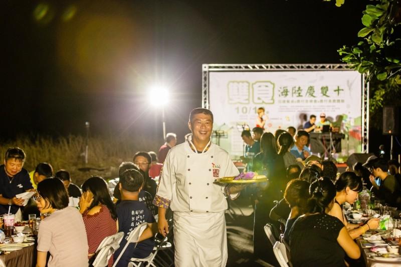 在嘉義縣鹿草鄉舉辦的田野晚宴,民眾在月光下享用美食,在地農友許正寶親自下廚。(記者林宜樟翻攝)