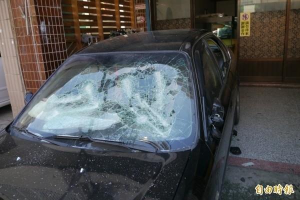 許男一怒之下砸毀胡男的車。示意圖,與本案無關。(資料照)