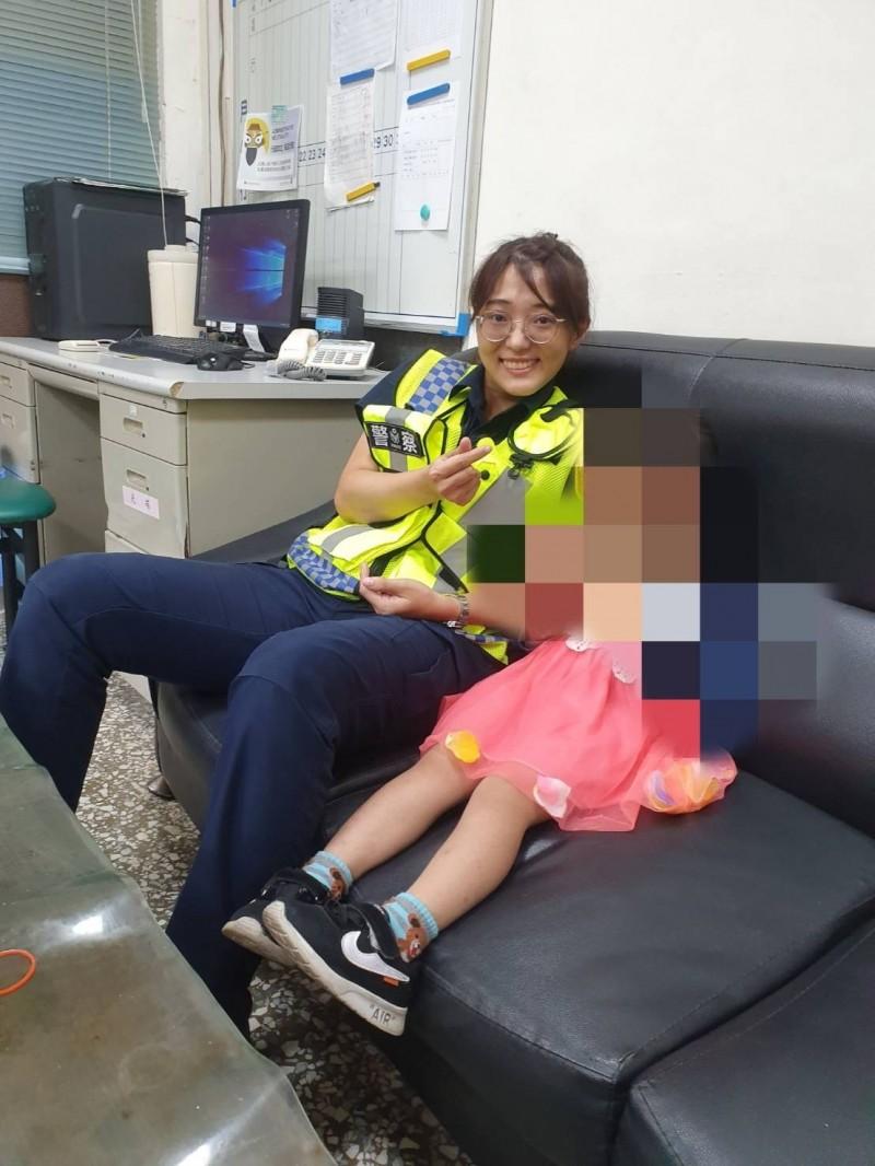 女警林方婷(左)妥善照顧女童。(記者洪定宏翻攝)