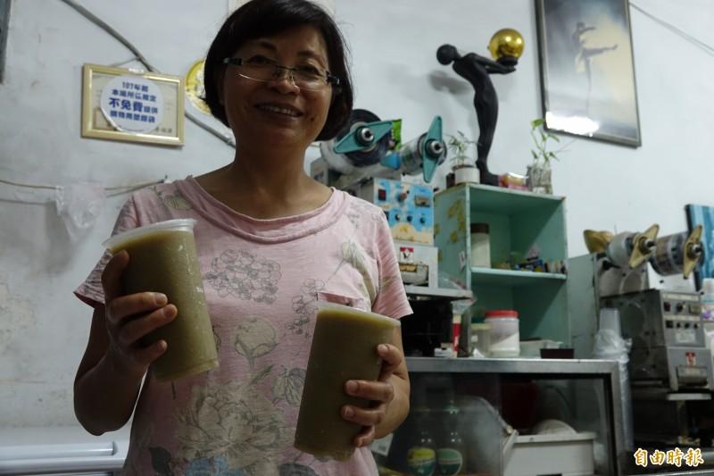 彰化線西「純開水冰店」老闆娘黃素貞,堅持用天然食材來做招牌綠豆沙(記者劉曉欣攝)