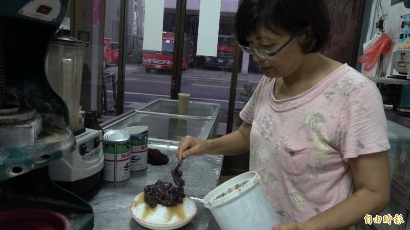黃素貞堅持所賣的冰品,都是自己敢吃,才能賣給別人。(記者劉曉欣攝)