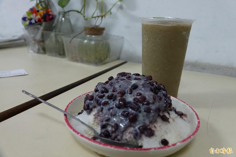 彰化線西「純開水冰店」招牌綠豆沙與紅豆牛奶冰,是所有線西人的回憶。(記者劉曉欣攝)
