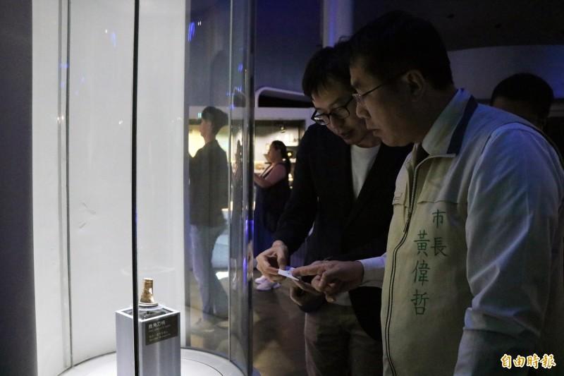 台南市長黃偉哲(右)今下午前往視察南科考古館。(記者萬于甄攝)