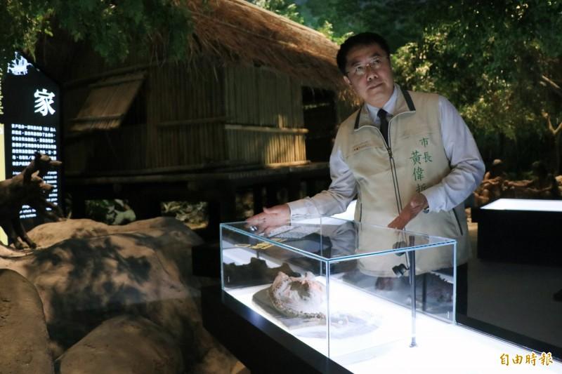 南科考古館館藏台灣第一隻狗,黃偉哲也歡迎民眾前來參訪,認識人類最忠心的朋友。(記者萬于甄攝)