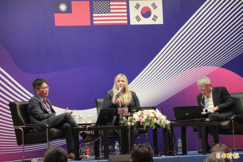 IBM認知法律實務全球共同負責人Shawnna M. Hoffman-Childress(中)、政大法學院教授蘇永欽(右)、達文西個資暨高科技法律事務所所長葉奇鑫(左)討論AI導入司法相關議題。(記者吳政峰攝)