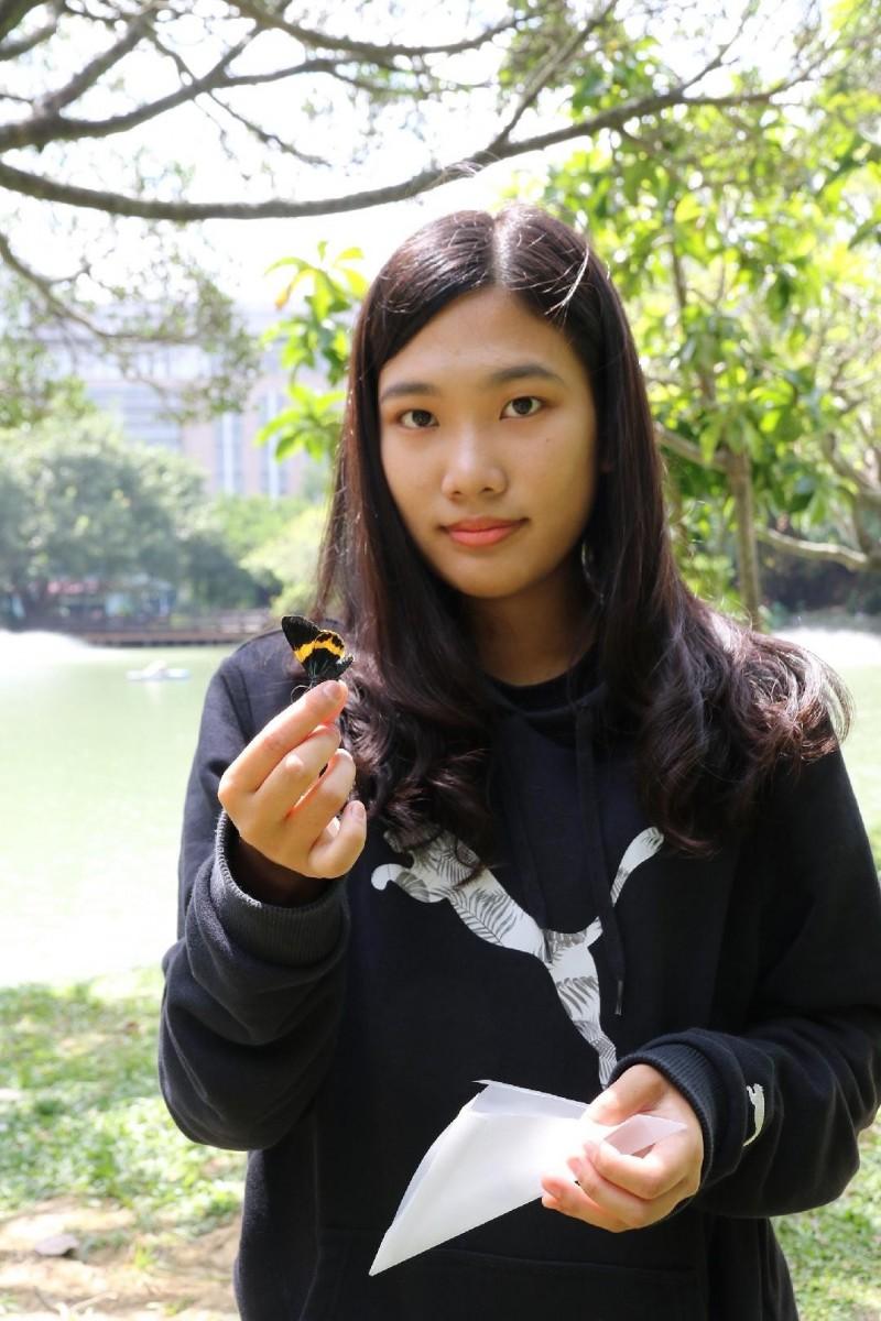 「蝴蝶姊姊」陳亭予靠蝴蝶生態專長成興大新生。(圖:興大提供)