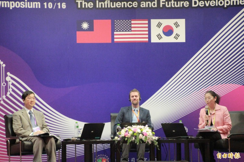 美國杜克大學教授Jeff Ward(中)、台灣大學法律學院副院長王皇玉(右)、交通大學科技法律研究所所長陳鋕雄(左)討論AI帶來的影響。(記者吳政峰攝)