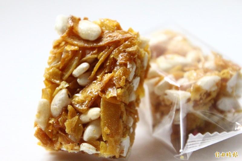 薯職人品牌的新產品「薯菓子」融合米香與地瓜酥,獲選今年農村好物。(記者林宜樟攝)
