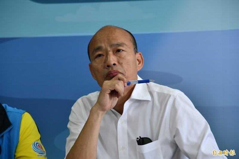 韓國瑜專心聆聽觀光業者意見。(記者蔡宗憲攝)