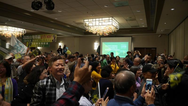 美國北加州造勢大會,僑胞熱情與前行政院長賴清德合照。(台僑提供)
