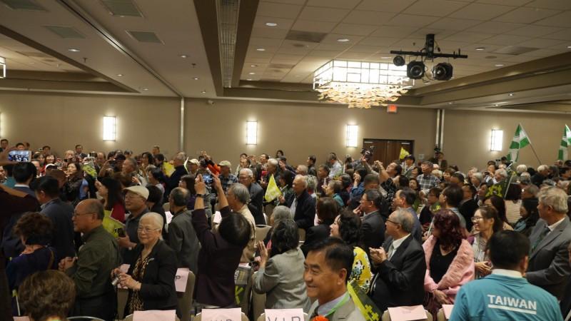 前行政院長賴清德參加小英後援會美國北加州造勢大會,僑胞爭相合照。(台僑提供)