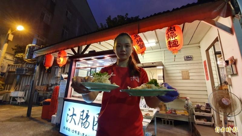 店員服務親切也是小吃吸引客人的地方。(記者張聰秋攝)