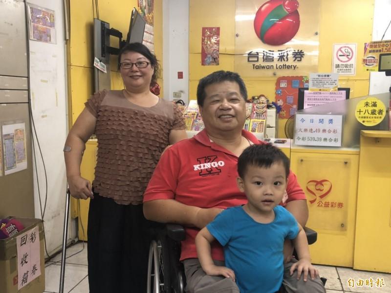 老闆陳文忠與妻子及孫子笑得合不攏嘴。(記者許國楨攝)
