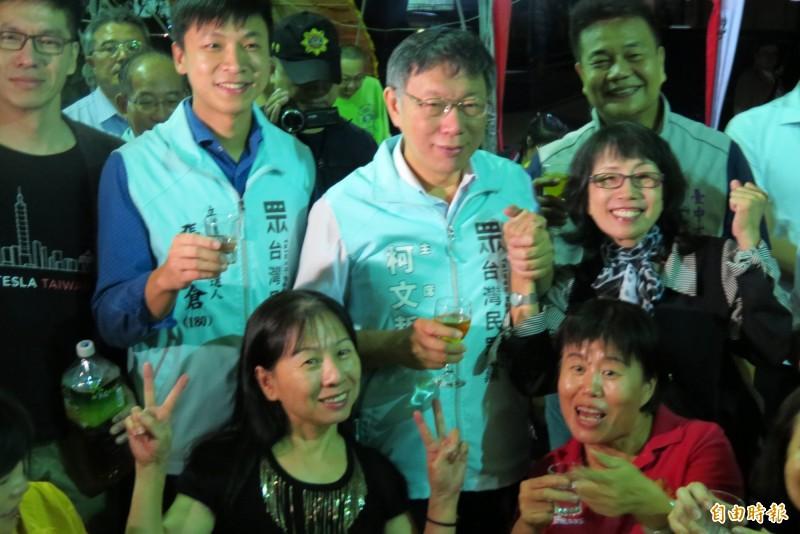 柯文哲帶著4名台灣民眾黨立委參選人參加烏日六房媽會的起馬宴,還140逐桌敬茶致意。(記者蘇金鳳攝)