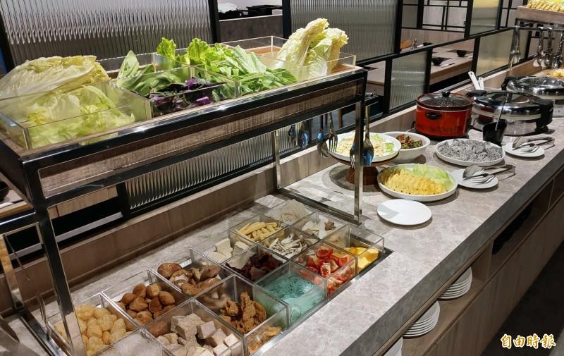 饗食吧有多種蔬菜、火鍋料、水果等。(記者張菁雅攝)