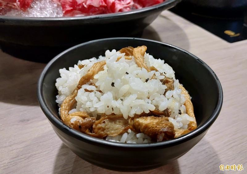 饗食吧供應菌菇飯。(記者張菁雅攝)