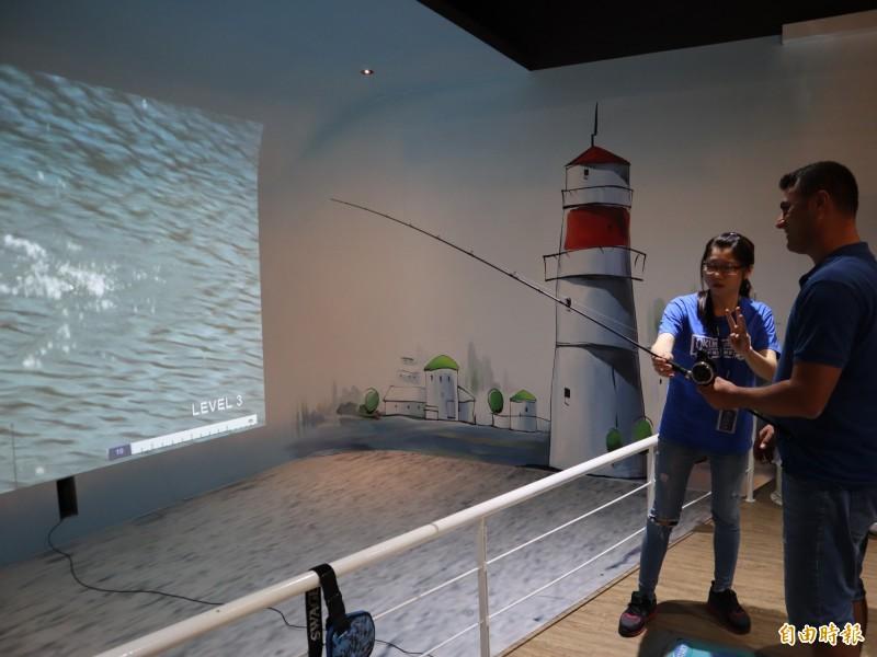 「寶熊漁樂碼頭」觀光工廠有虛擬釣魚體驗,十分有趣。(記者歐素美攝)