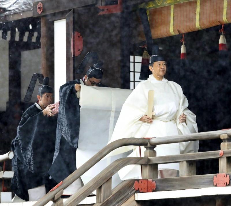 穿著白色傳統禮服「帛御袍」的德仁天皇今天登基,向天照大神及皇靈行奉告之儀。(美聯社)