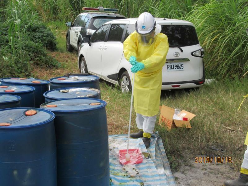 面對這7桶內含疑似高濃度氫氟酸的化學廢桶,新埔警方和縣府環保局不敢掉以輕心,請來工研院到場採檢,確認屬於有毒事業廢液,但成分依舊不明。(記者黃美珠翻攝)