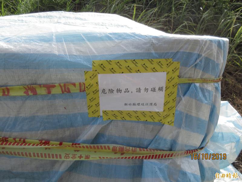 新竹縣政府環保局在疑似裝盛有高濃度氫氟酸的有害事業廢液桶上張貼「危險物品,請勿碰觸」的警告標語。(記者黃美珠攝)