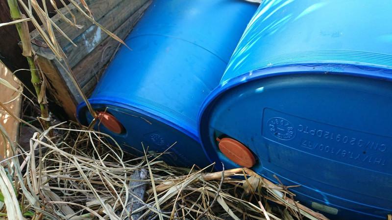 查緝人員發現,被丟棄的化學桶,桶身只有2個小孔供廢液注入,再加上現場飄散不明刺鼻酸味,以致警方、環保局獲報到場立刻就內心警鈴大作,直覺裡面裝盛的廢液很有問題。(記者黃美珠翻攝)