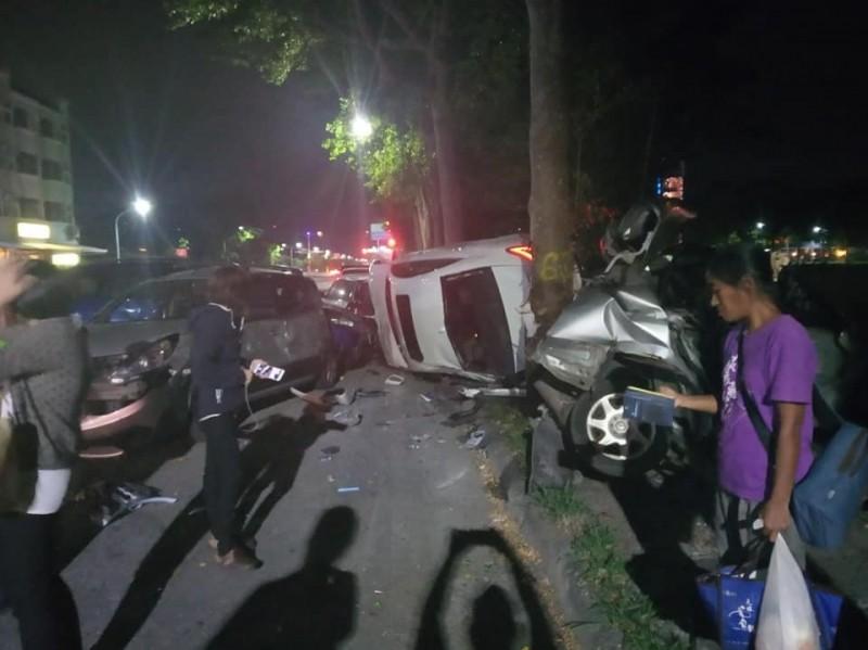 白色賓士車今晚在台東車站前連撞多部汽機車後側翻。(記者黃明堂翻攝)